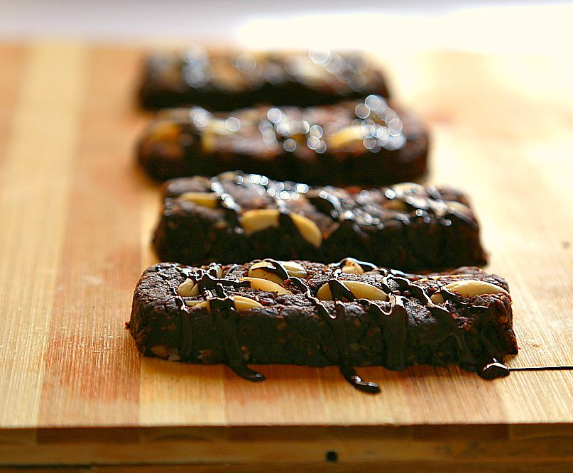 These spicy chocolate bars are refined-sugar free and packed with healthy ingredients! Plus they are gluten free too!